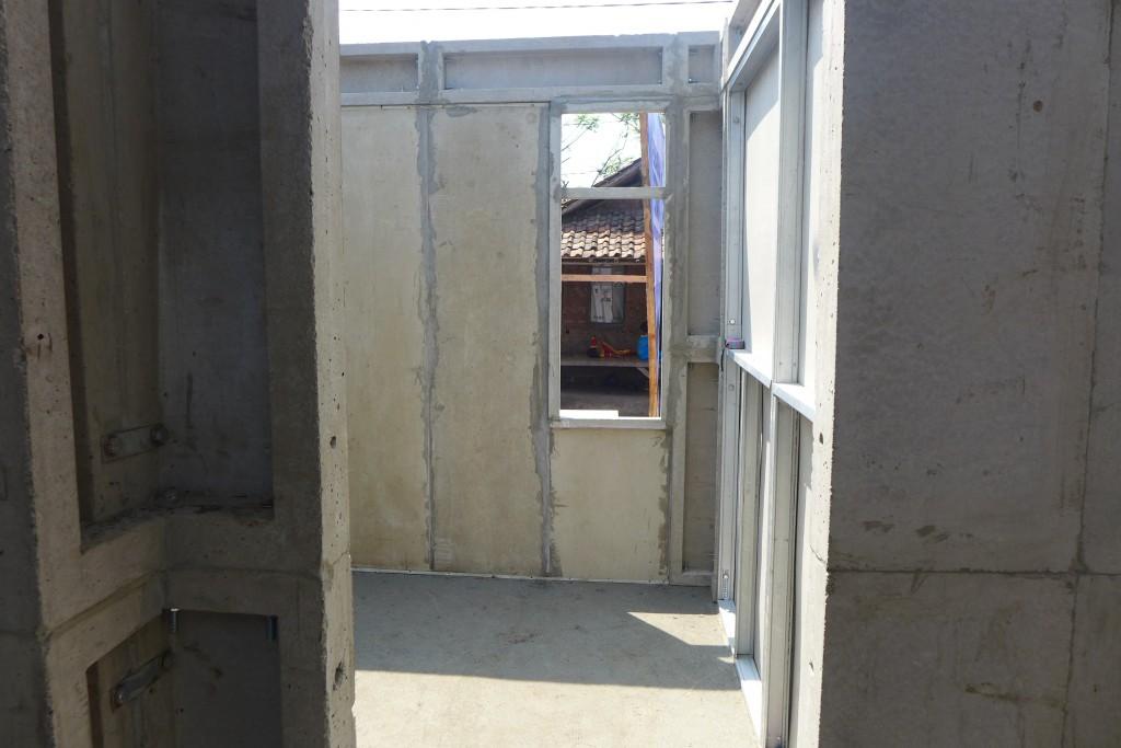 Panel struktur, panel dinding, serta panel kusen yang sudah terpasang.