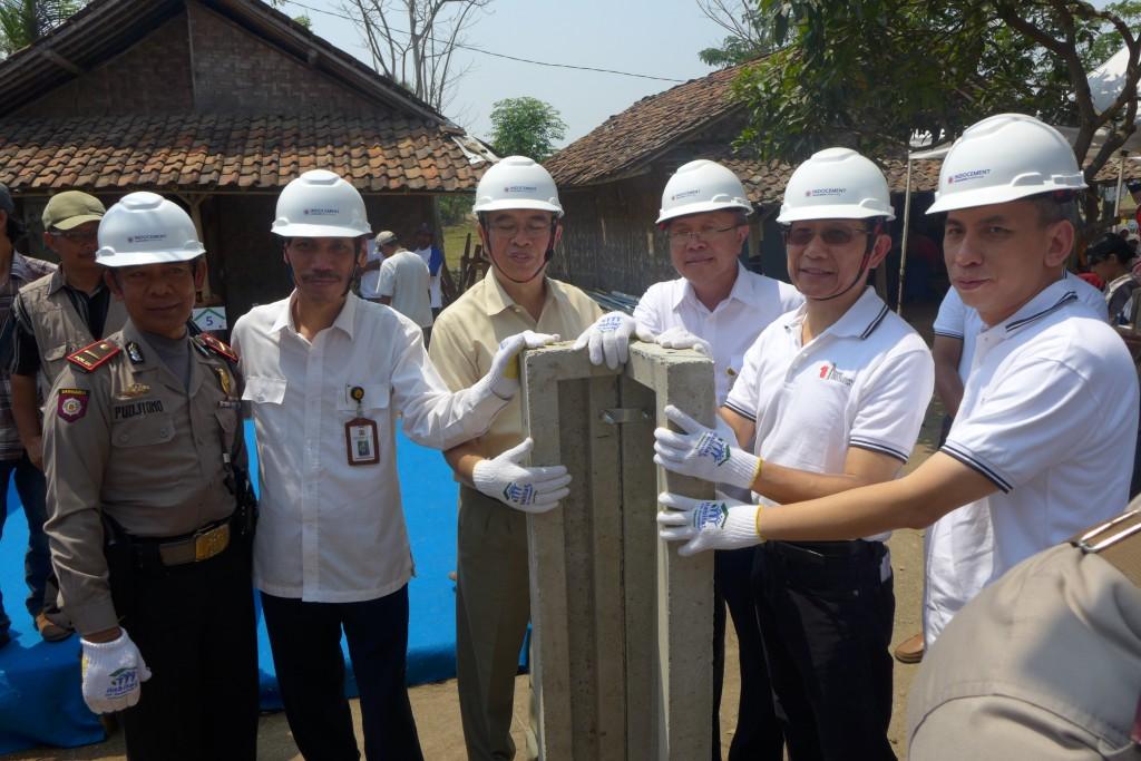 Arief Sabaruddin (ketiga dari kiri) dan Daniel Kundjono Adam (kedua dari kanan) dalam peresmian pembangunan RISHA di Tanjung Anom