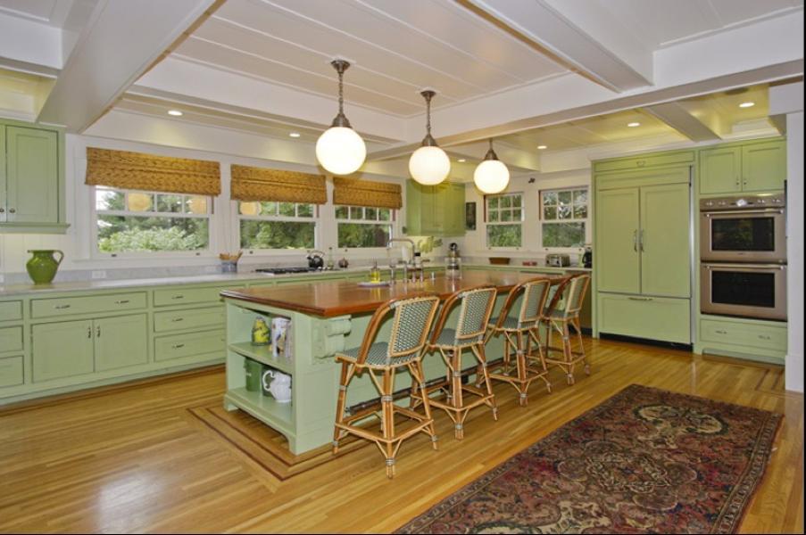 Sesuai dengan keahliannya, desain dapur pun dilengkapi dengan built-in computer work station.