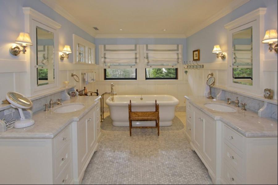 Kamar mandi utamanya didesain mewah dan elegan, sehingga mampu memanjakan Mark saat melepas penat usai beraktivitas sepanjang hari.
