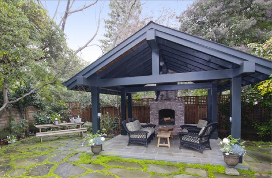 Di area belakang rumahnya, Mark memiliki sebuah perapian outdoor yang pas untuk ruang berkumpul bersama sahabat dan keluarga tercinta.