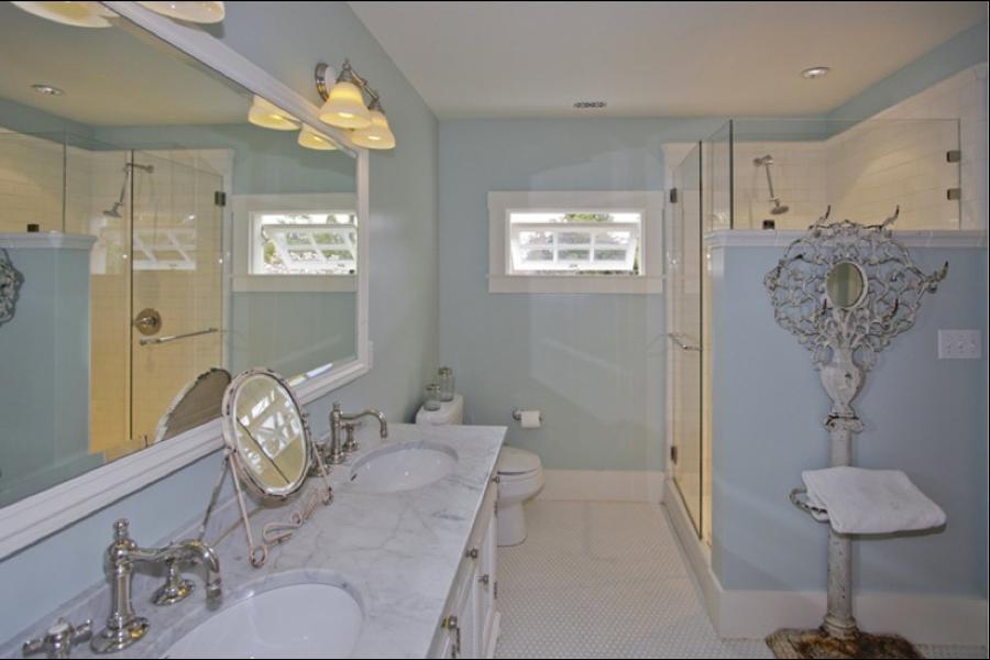 Tak hanya kamar mandi pribadi, kamar mandi tamu pun dirancang dengan gaya yang mewah nan berkelas.