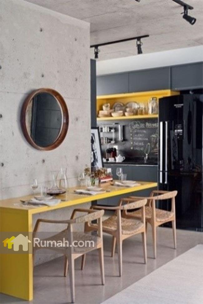 Warna kuning terlihat serasi dengan dinding beton. Image via monacouto.wordpress.com
