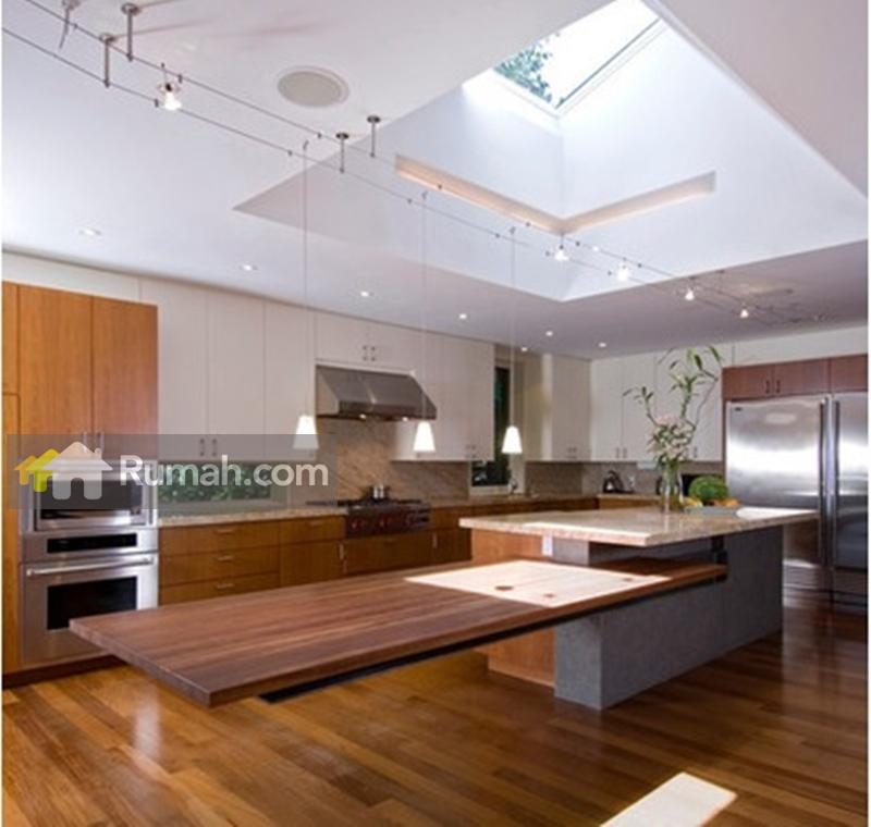 Contoh desain skylight ini bisa Anda terapkan pada ruang dapur Anda (source: houzz.com)