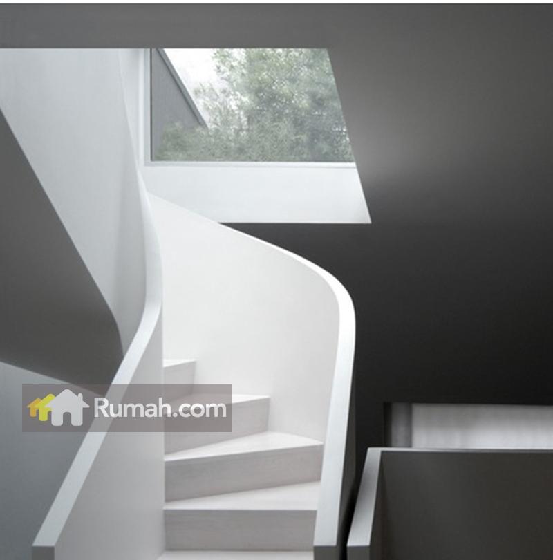 Skylight juga bisa digunakan untuk pencahayaan sudut tangga pada rumah. Selain medapat memberikan pencahayaan alami, juga  menambah keindahan ruangan (source: houzz.com)