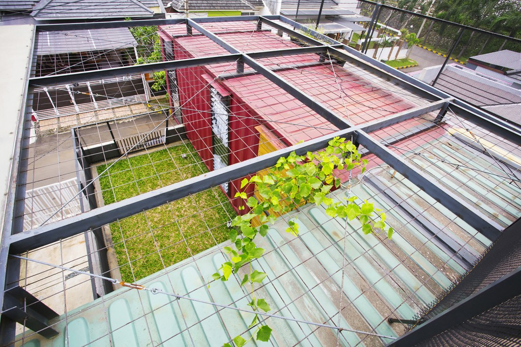 Rumah kontainer, green roof (www.archdaily.com)