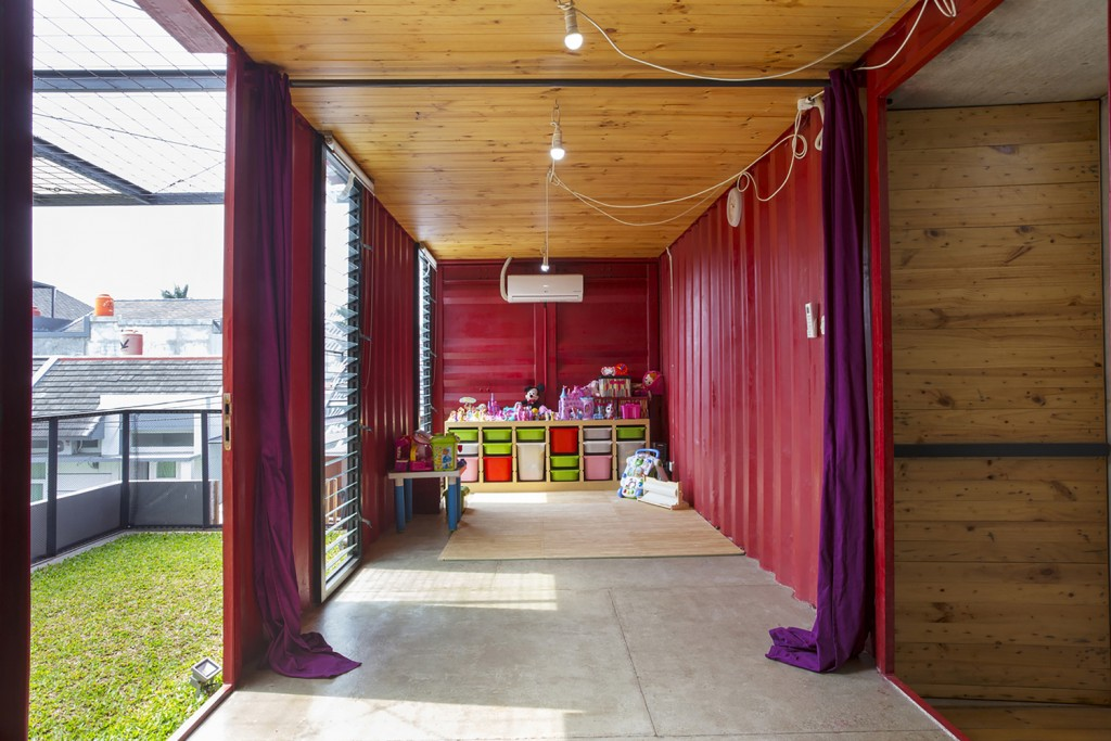 Rumah kontainer, palet pinus (www.archdaily.com)
