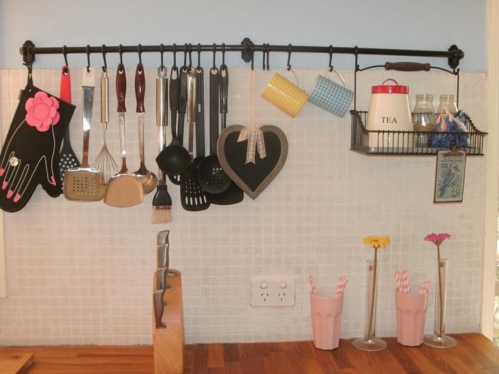 Ilustrasi aksesoris yang menggantung terllau banyak di dinding dapur akan mengurangi estetika.