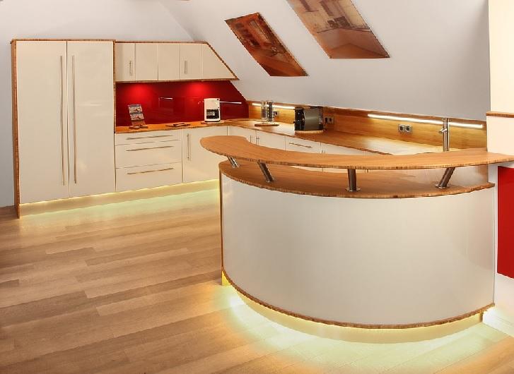 Ilustrasi kitchen set yang menggunakan lampu spotlight, akan menambah pemanis suasana dapur pada malam hari.