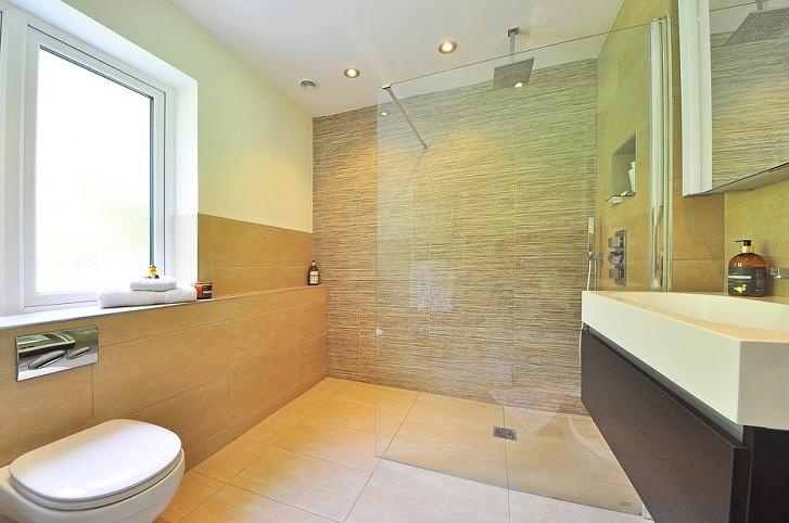 Shower area yang dilengkapi dengan glass