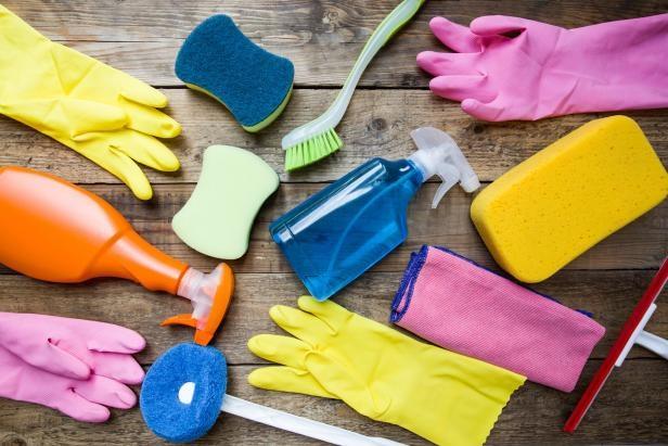 Ilustrasi peralatan pembersih kamarb mandi yang harus disimpan di dalam kamar mandi (sumber: iStockphoto.com/Tatomm)