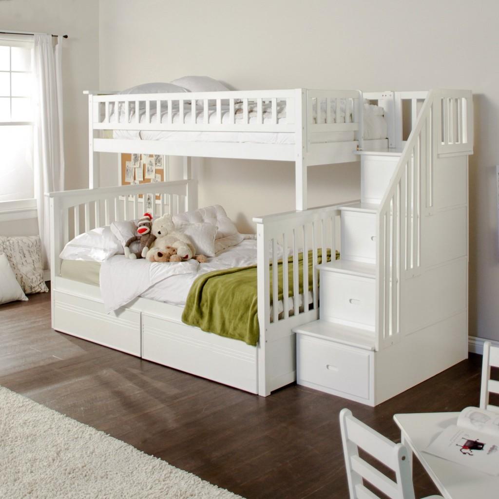 bunk bed dengan tangga besar