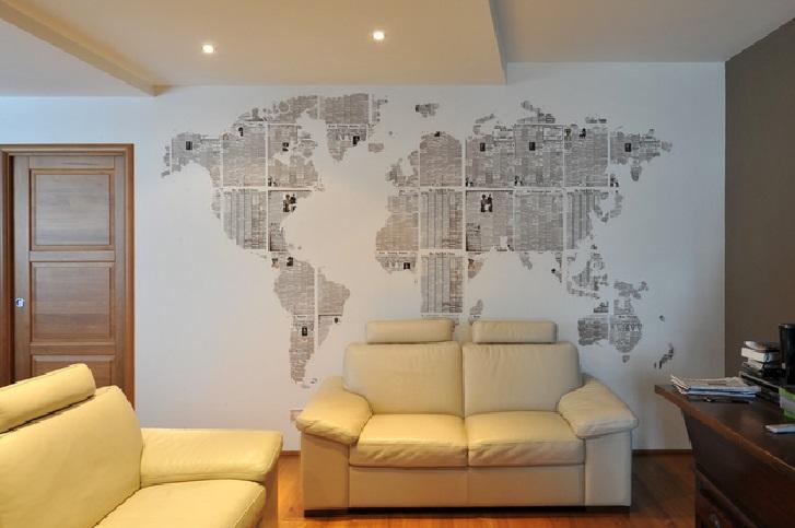 Contoh kejutan dinding ruang keluarga menggunakan wallpaper perta dunia (sumber: pinterest.com)