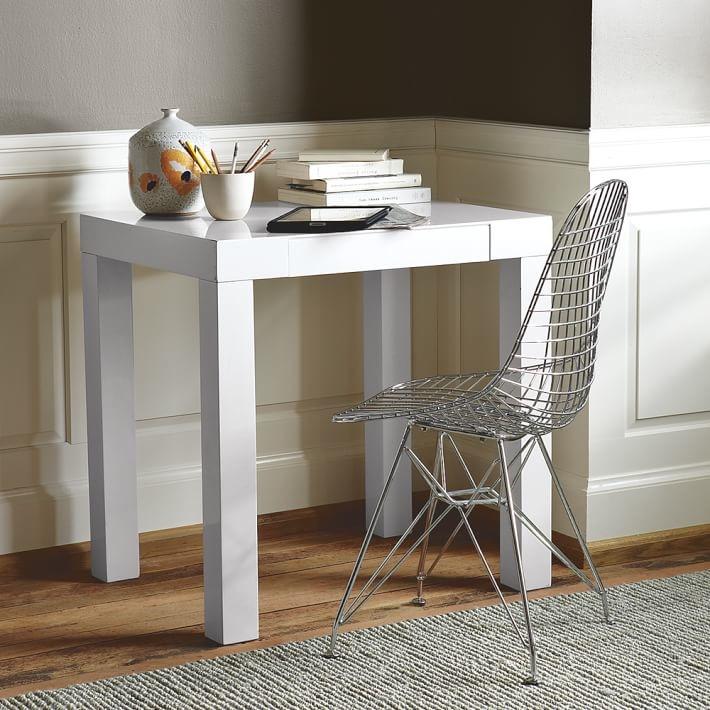 meja kerja kecil di sudut ruangan