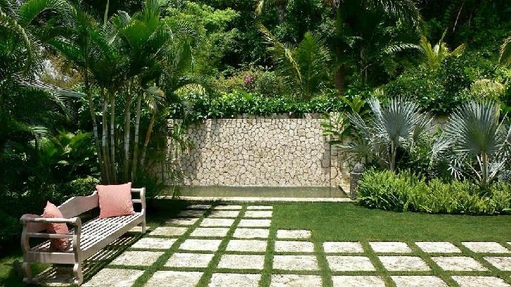 Contoh taman tropis minimalis yang menerapkan konsep keseimbangan  (sumber: Inovazon.com)