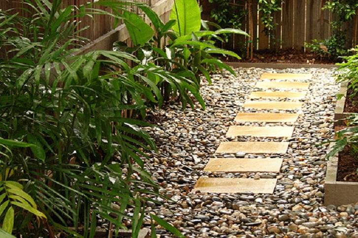 Taman mungil ini adalah contoh taman tropis yang bisa diaplikasikan pada ukuran taman yang sempit (sumber: Houzz.com)