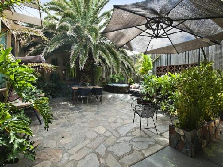 4 Inspirasi Taman Tropis Minimalis di Rumah