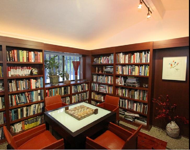 Perpustakaan menjadi spot paling lengkap dan nyaman untuk membaca (sumber: houzz.com)