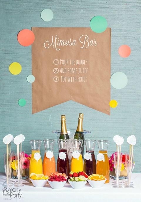 Ya, pesta pernikahan Anda adalah milik Anda. Dekorasi meja buffet seperti ini juga bisa menunjukkan keceriaan. (pinterest.com)