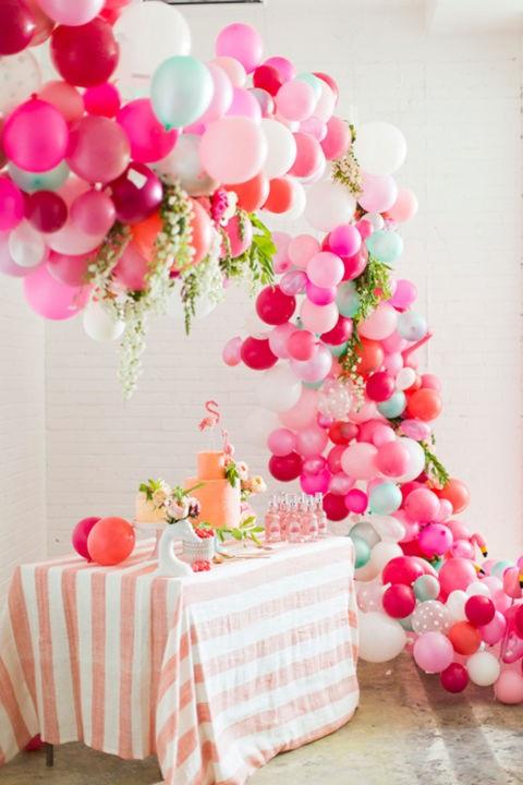 Selain lampu-lampu, Anda juga bisa mendekor dengan balon dan pilihan warna serbet yang cerah. Meja buffet ini cocok untuk diisi berupa minuman (pinterest.com)