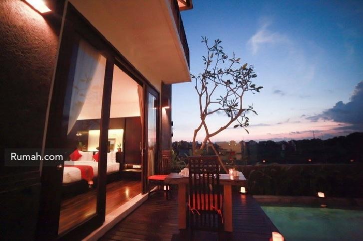 Bagian lantai 2 yang memiliki balkon bisa juga menjadi area makan bersama.