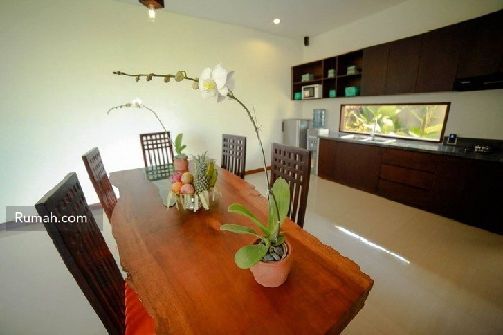 Furnitur meja makan di Bali Harmoni.