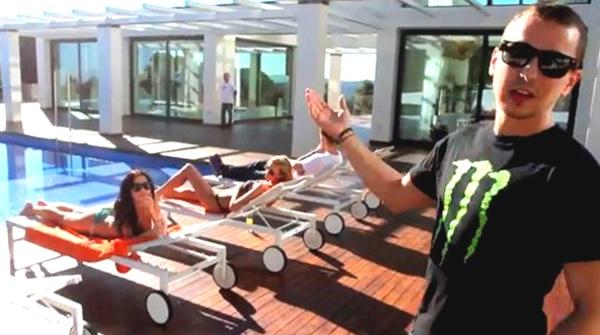 Lorenzo kerap melakukan pesta dengan teman-temanya di tepi kolam renang (homemydesign.com)