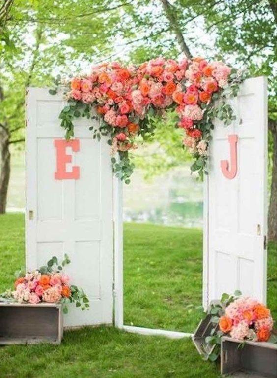 Mau yang simple? Dekorasi pintu dengan dua daun pintu ini dan bunga-bunga warna pitch serta merah muda akan menambah keindahan pesta Anda (pinterest.com)