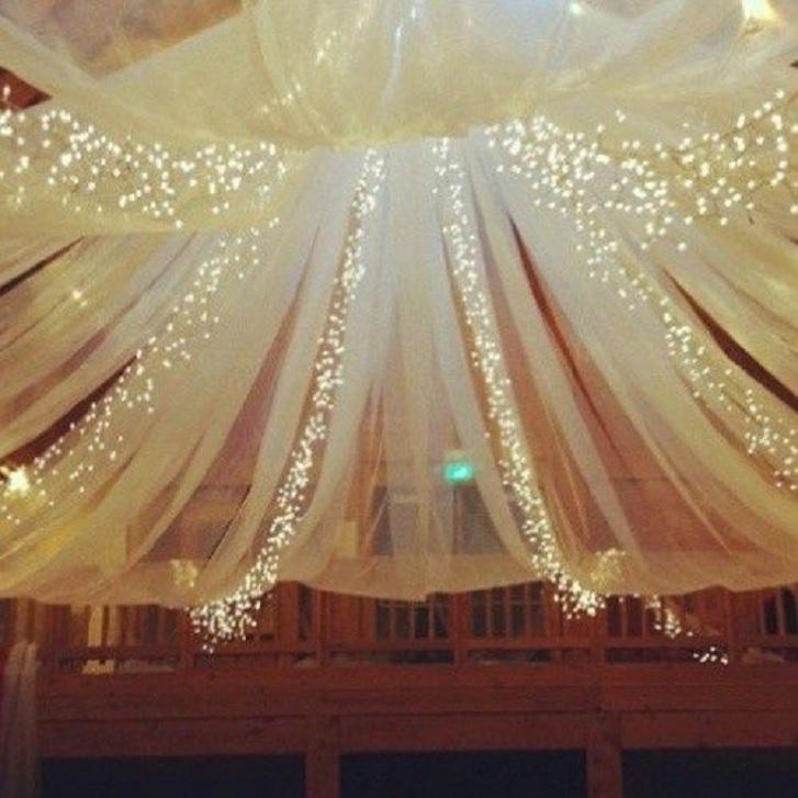 Gunakan lampu-lampu hias, atau yang dikenal juga dengan 'lampu natal'. Agar tidak 'norak', pilih lampu dengan satu warna saja, jangan warna-warni. Dekorasi ini akan sangat cocok bila Anda mengadakan pesta pernikahan pada malam hari. (pinterest.com)