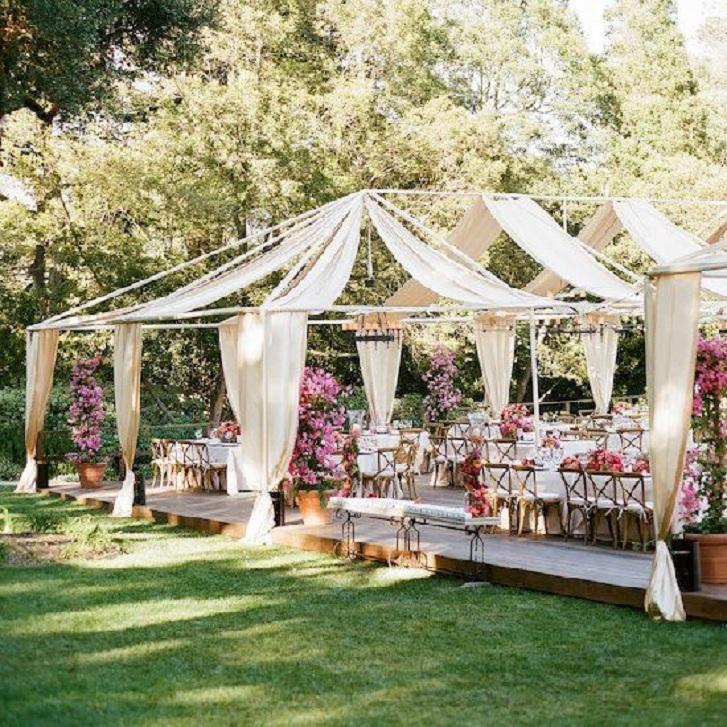 Tema dekorasi ini adalah Rustic. Pemasangan tenda yang tidak penuh seperti tampak pada gambar ini bisa menjadi inspirasi menawan untuk pesta pernikahan Anda. (pinterest.com)