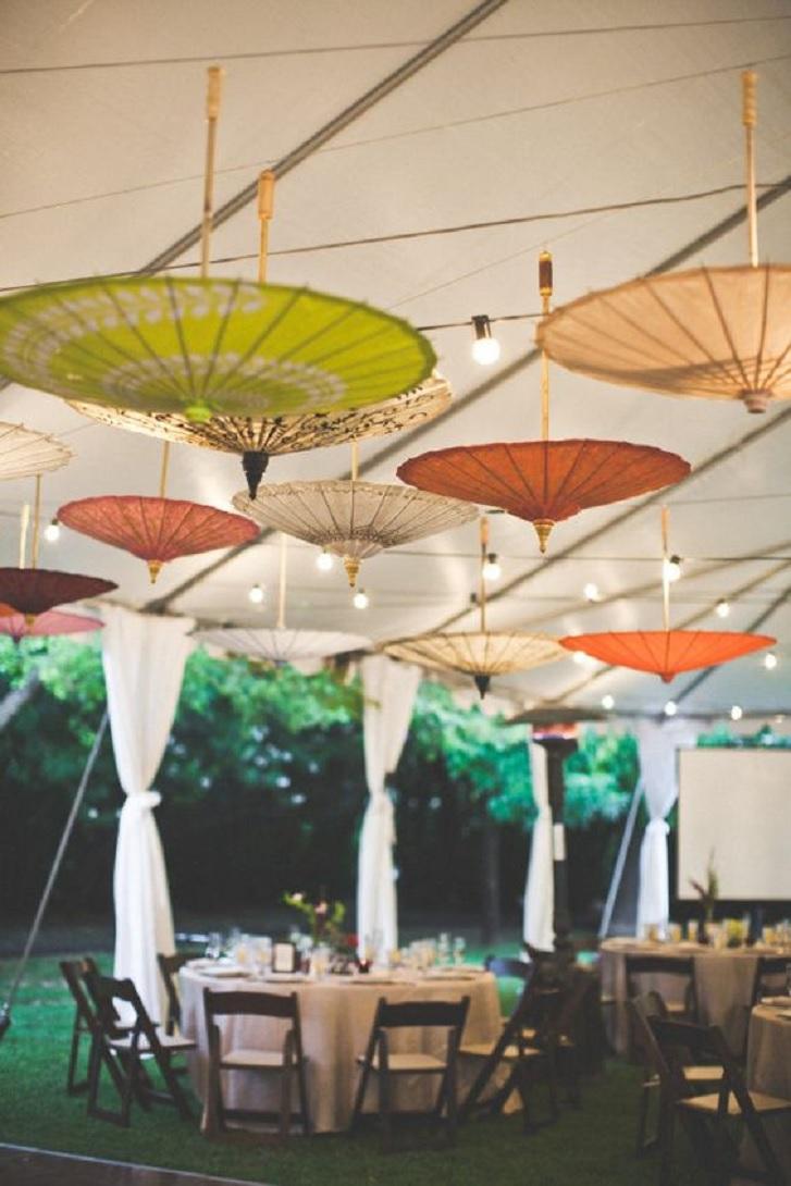 Siapa sangka payung-payung ini bisa menjadi aksen yang menarik sebagai dekorasi tenda Anda. (pinterest.com)