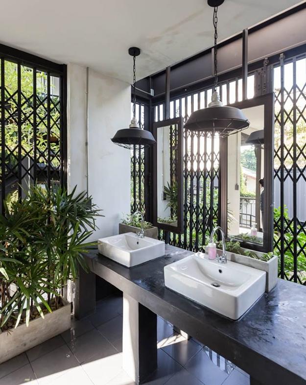 ประตูเหล็กยืดถูกนำมาใช้เป็นผนังอาคารในส่วนของห้องน้ำ