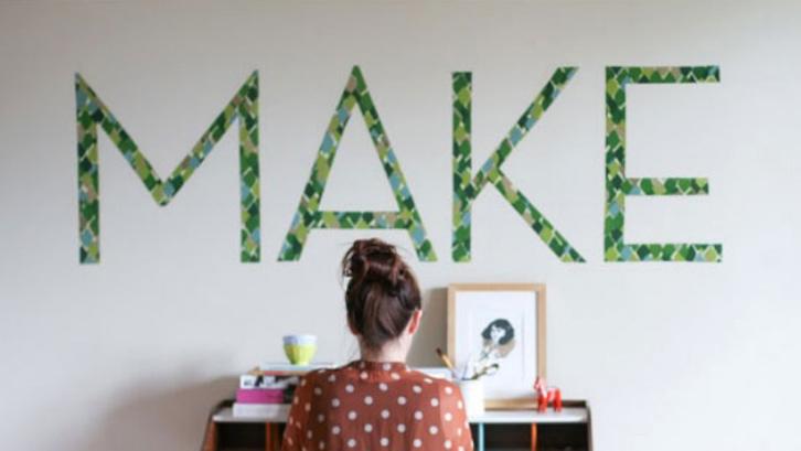 Cobalah menggunakan gaya desain tipografi, yaitu hiasan huruf. Anda bisa menyusunnya jadi kata penyemangat.