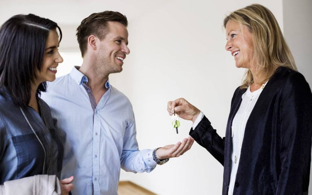 agent-handing-over-keys-to-new-home-owner-couple-xlarge telegraph uk