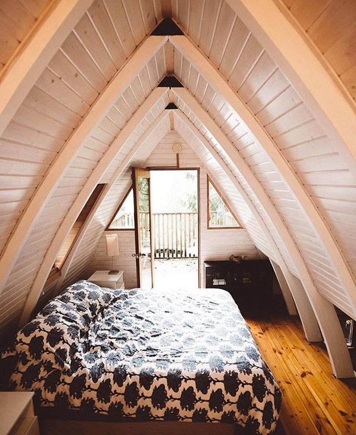 Gaya attic atau loteng, dengan plafon ekspose, menarik untuk diterapkan. Namun harus pandai mengakalinya agar tidak mengurangi ruang.