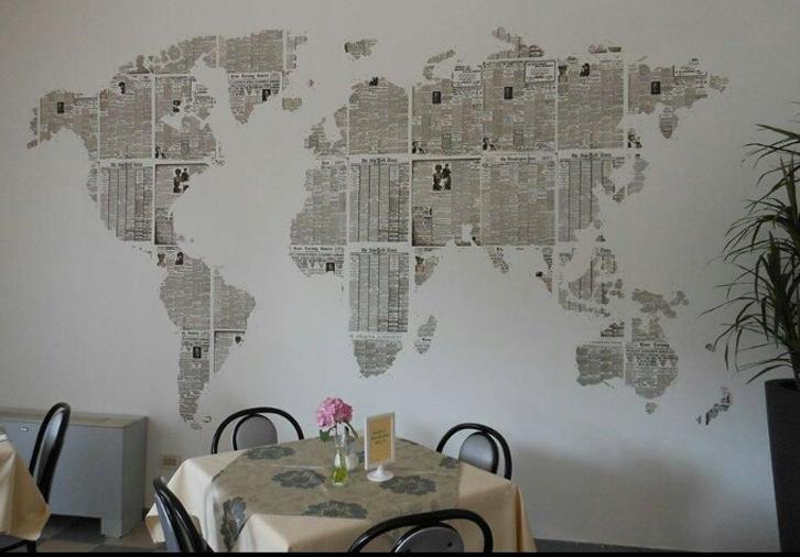 Dengan sedikit kreativitas, kertas koran bisa membuat dinding terlihat eksklusif.
