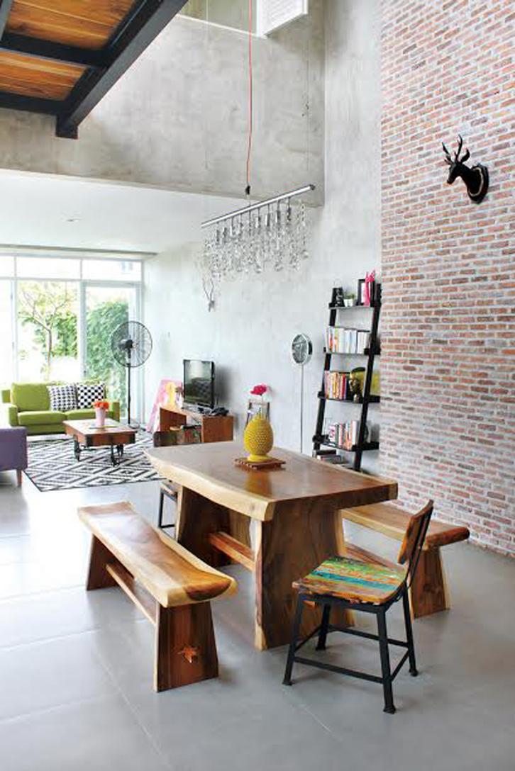Tema dan warna kayu dipilih untuk ruang makan, yang menyatu dengan ruang keluarga. Tema ruang keluarga lebih berwarna.