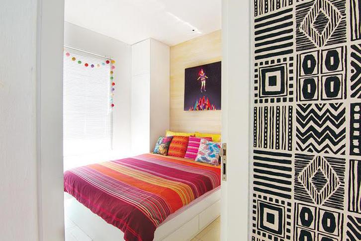 Nuansa pop art yang fun dipilih untuk ruang tidur utama.