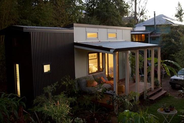Teras yang lapang membuat rumah terasa lebih lapang. Area teras bahkan bisa digunakan sebagai ruang keluarga, atau sekadar beristirahat menikmati segarnya udara di luar rumah.