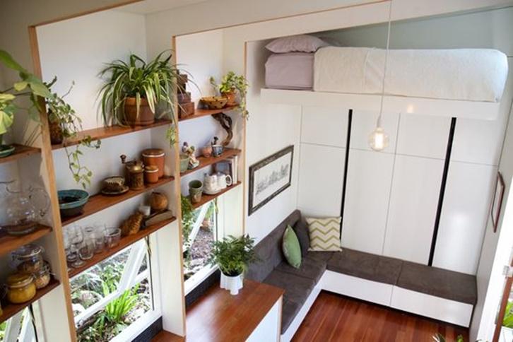 Bagian dalam digunakan sebagai ruang keluarga sekaligus kamar tidur. Area jendela dapat ditambahkan rak untuk meletakkan berbagai barang kebutuhan rumah tangga seperti alat makan.