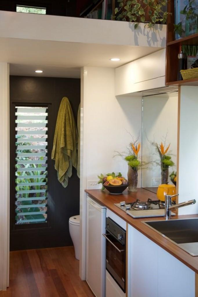 Area dapur dan kamar mandi yang mungil. Dinding putih membuat dapur terkesan bersih dan nyaman.