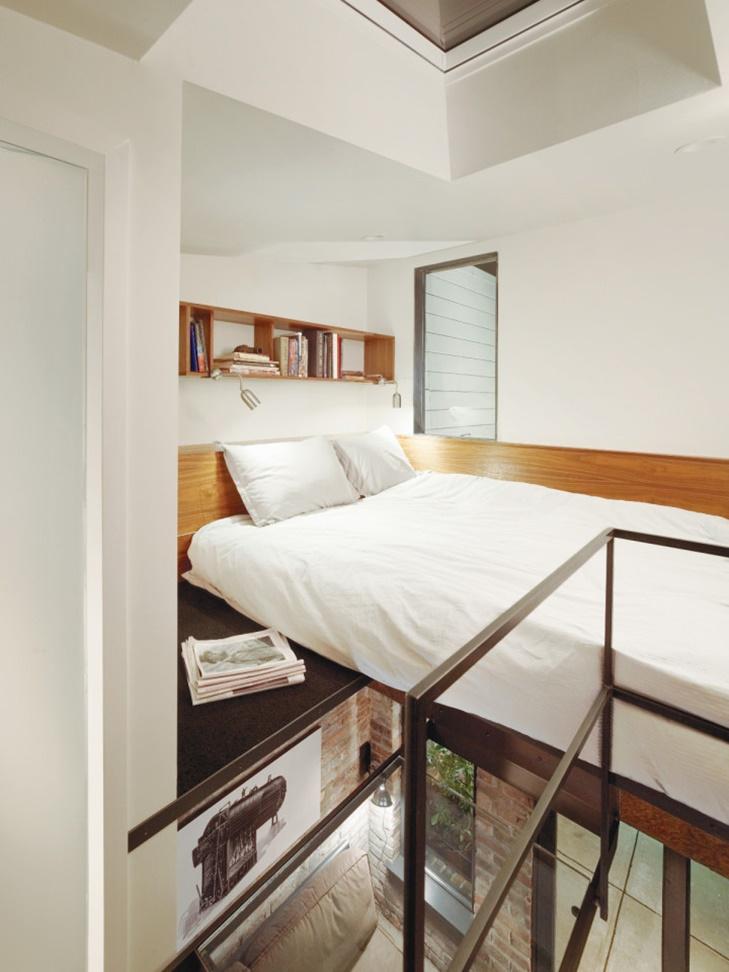 Area loteng yang dijadikan kamar tidur.