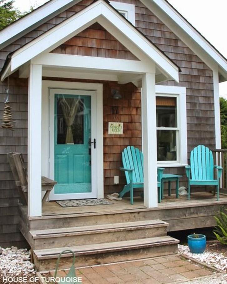 Tunjukkan nuansa pantai di teras rumah dengan memilih kursi berwarna biru atau turquoise sebagai kursi santai di bagian luar.