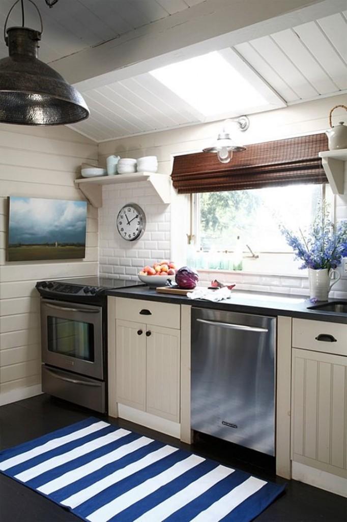 Area dapur tak lepas dari nuansa pantai. Gunakan keset bermotif putih biru untuk menghiasi lantai dapur Anda.