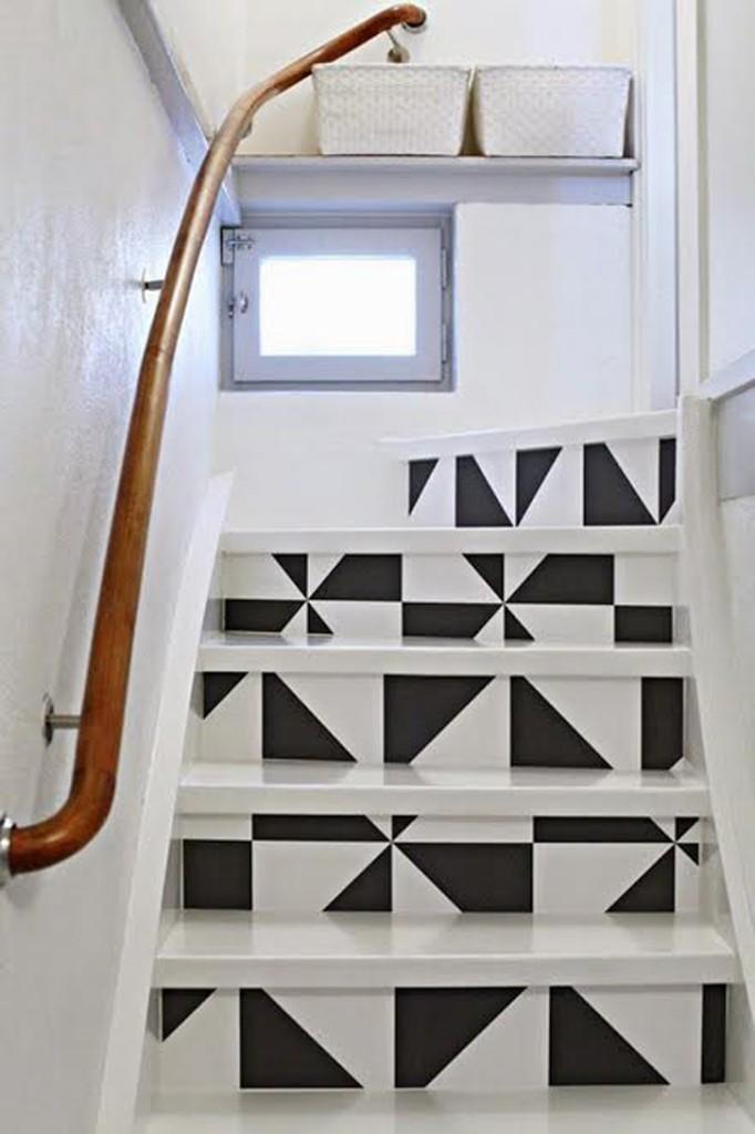Sentuhan kecil pada tangga bikin suasana lebih cerah.