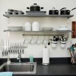 Dibutuhkan trik khusus untuk membuat dapur selalu rapi, meski tanpa kitchen set.