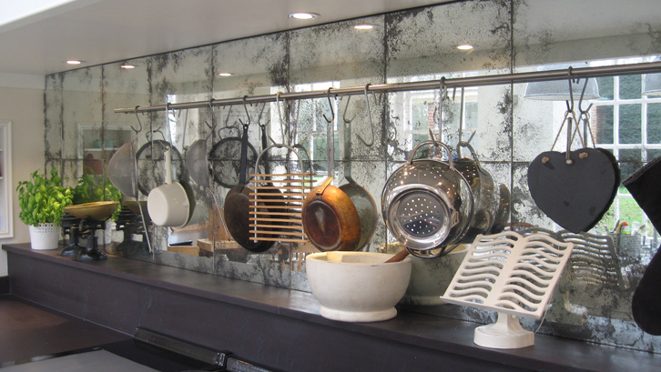 Sifat Reflektif Kaca Menghadirkan Kesan Luas Di Area Dapur