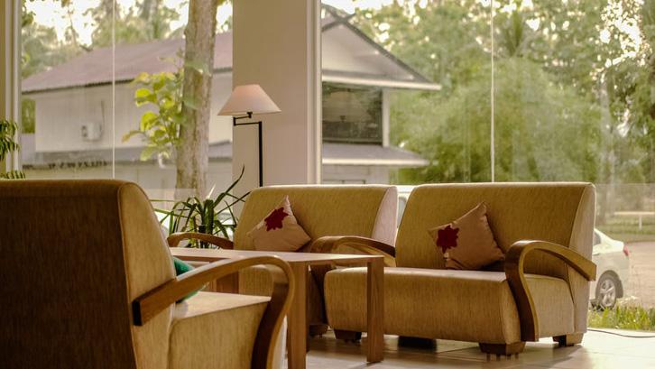 Dengan suguhan pemandangan yang indah, Anda bisa mengimplementasikan penataan interior yang natural dan menyatu dengan alam.