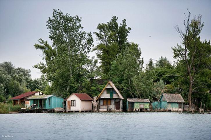Setidaknya, 500 rumah telah dibangun di atas danau tersebut