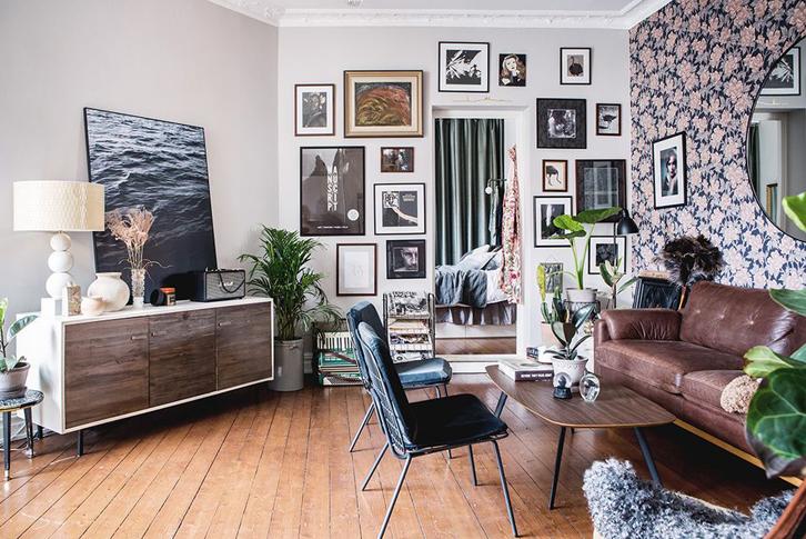 Letakkan sofa dan meja di sisi yang berseberangan agar waktu santai Anda bisa lebih lengkap sembari menikmati pemandangan dari dinding aksen tersebut.